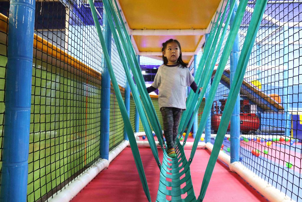 【高雄親子樂園】PaPark 爬爬客親子樂園。高雄夢時代:垂直魔鬼大滑梯、空中球池、快速大滑梯、槍砲攻城區…等設施「不限時玩樂一整天」 @緹雅瑪 美食旅遊趣