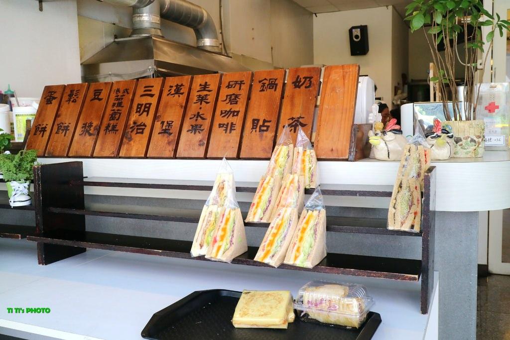 【嘉義.西區】深呼吸早午餐廚房:「豪大俠牛堡堡」大碗滿意,平價早餐好選擇「食尚玩家」也推薦!! @緹雅瑪 美食旅遊趣